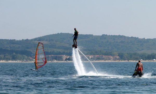lewitacja na wodzie dzięki flyboard